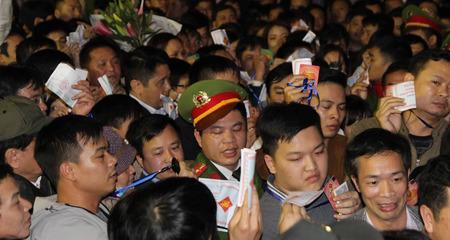 Cầm giấy mời chen toát mồ hôi vào lễ đền Trần