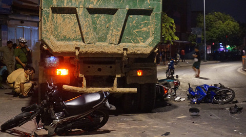 Clip nhân chứng kể phút xe ben đâm hàng loạt xe máy