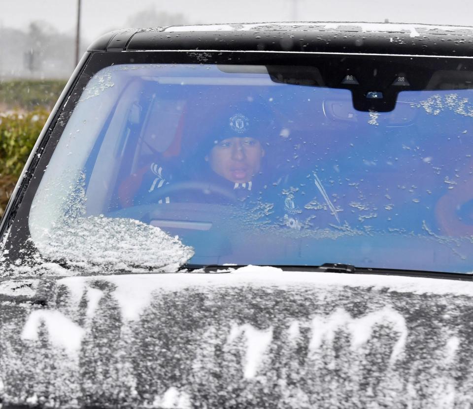 Cầu thủ MU đạp mưa tuyết lao ra sân tập
