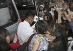 Hà Đức Chinh U23 VN bị 'rừng' fan nữ bao vây, đòi tặng quà