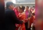 Bị ép quỳ gối trong đám cưới, cô dâu tát người nhà trai