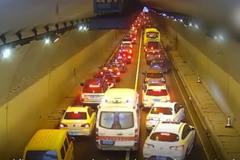 Hàng trăm ô tô trong hầm rẽ sóng, nhường đường cho xe cứu thương