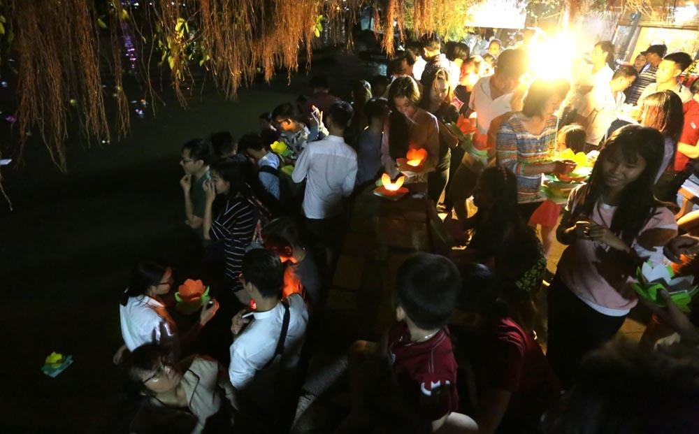 Sông Sài Gòn rực sáng hoa đăng đêm rằm tháng Giêng