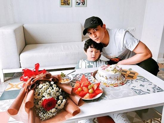 Khánh Thi đăng ảnh 'dìm hàng' chồng kém 12 tuổi không thương tiếc