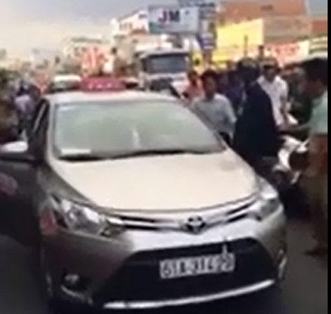 Cú nhấn ga vô tình của tài xế taxi gây bức xúc ở Bình Dương