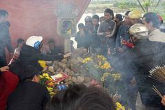 Dỡ lán thờ, đưa rắn ra khỏi mộ vô chủ ở Quảng Bình