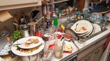 """""""Thấy nguyên bàn ăn kiểu này, tụi em không biết bắt đầu dọn từ đâu"""""""