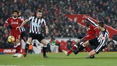 Thắng dễ Newcastle, Liverpool vượt mặt MU