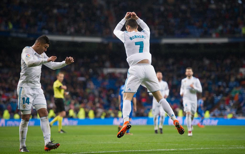 Ronaldo vượt mốc 300 bàn thắng, Real thách thức PSG
