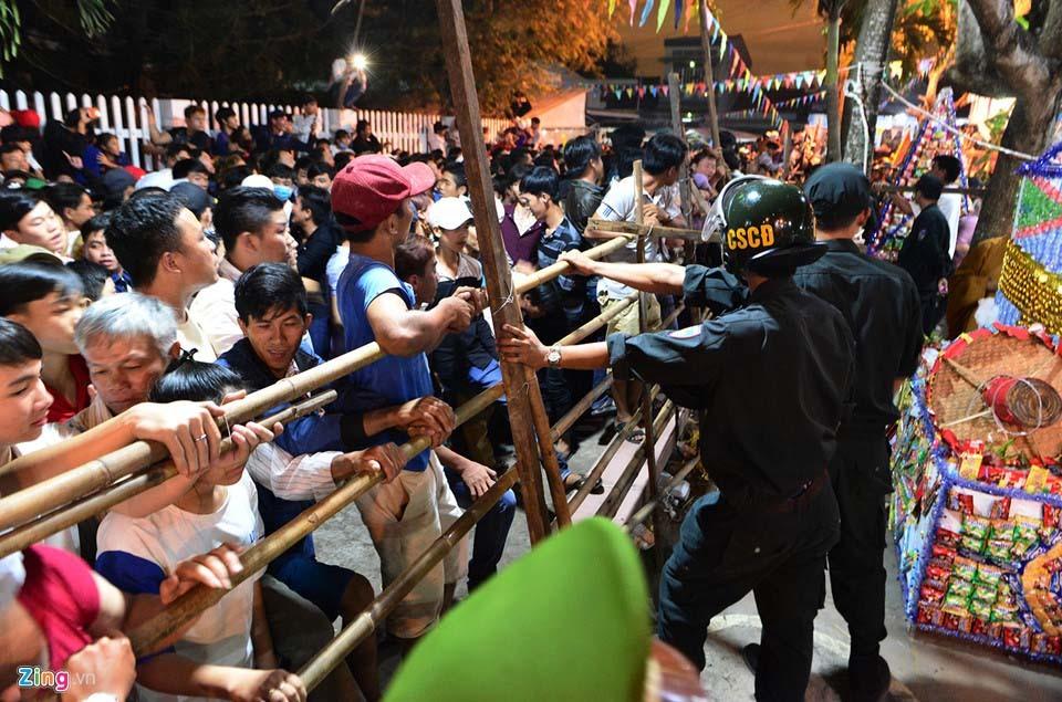 Hàng nghìn người hỗn loạn, giành đồ cúng cầu may giữa đêm ở miền Tây