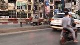 Người phụ nữ vô tư đi xe máy ngược chiều trên đường một chiều