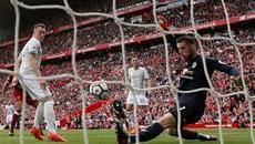 MU gây sốt, Messi khiến Barca chới với