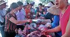 Chen chúc mua thịt trâu chọi bị chích điện để lấy may