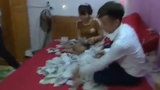 Chú rể mừng húm vì nhận được 1,4 kg tiền mừng đám cưới