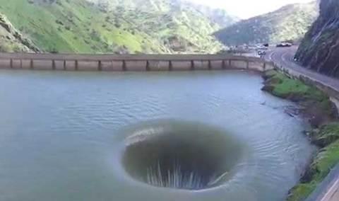Cổng địa ngục giữa hồ nước Mỹ