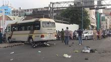 Xe khách đâm liên tiếp 2 xe máy, 5 người bị thương