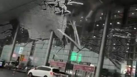 Sập mái sân bay TQ vì gió to