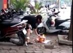 Người phụ nữ đốt vàng mã giữa hàng loạt xe tay ga