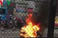 Liều mình lấy đồ trong cốp khi xe máy Attila đang bốc cháy ngùn ngụt