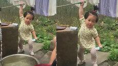 Đánh đu người bơm nước cho mẹ giặt quần áo, bé gái khiến cư dân mạng thích thú