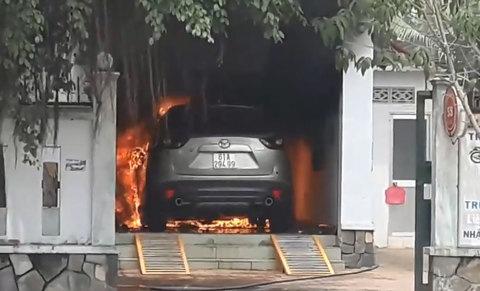 Ô tô Mazda CX-5 cháy ngùn ngụt khi đậu trong sân nhà
