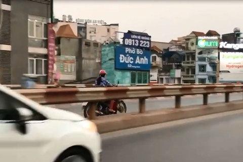 Phụ nữ 'hiên ngang' chạy xe máy ngược chiều trên cầu, suýt đấu đầu xe buýt