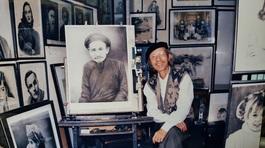 Yêu cầu từ vị khách đi xe sang khiến họa sĩ 84 tuổi ở phố cổ bối rối