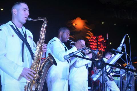 ban nhạc Hạm đội 7 biểu diễn nối vòng tay lớn