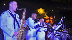 Ban nhạc Hạm đội 7, Hải quân Mỹ biểu diễn 'Nối vòng tay lớn'