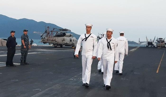 Gian hàng đặc biệt trên tàu sân bay Mỹ thăm Đà Nẵng