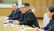 Ảnh vợ chồng Jong Un tươi cười đón đoàn Hàn Quốc