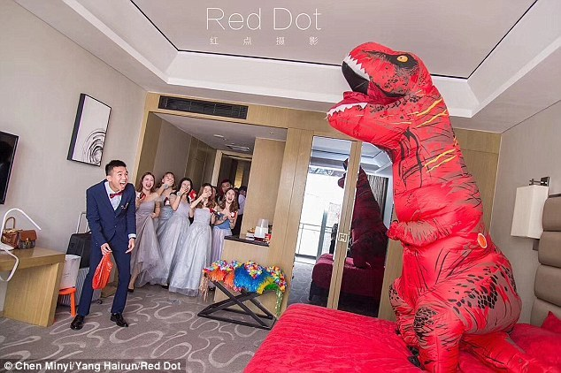 cô dâu,chú rể,khủng long,đám cưới,váy cưới