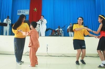Hải quân Mỹ hát 'Hello Viet Nam' ở làng trẻ mồ côi