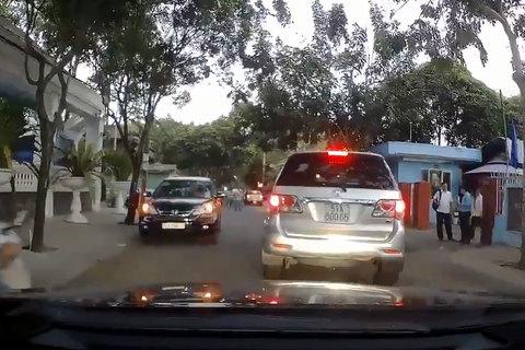 Mặc người khác bấm còi xin đường, 2 tài xế thản nhiên đứng nói chuyện