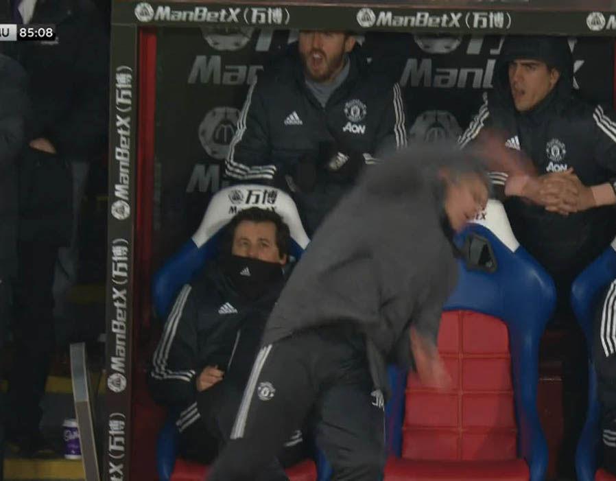 Phì cười cảnh Mourinho té ngã giữa trận đấu MU