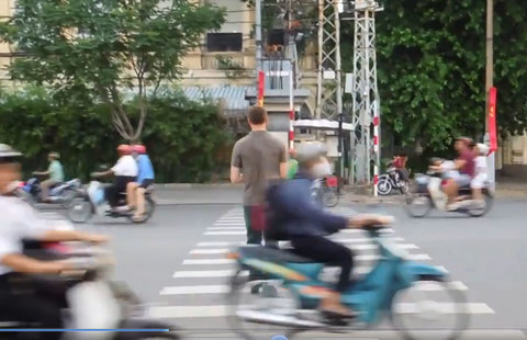 Pha sang đường 'lạnh lùng' của thanh niên Tây trên đường phố Việt Nam