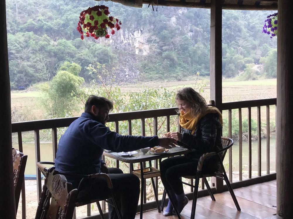 Khách Tây thích thú với bản du lịch 'đồng giá' bên lòng hồ Ba Bể