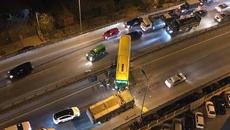 Hà Nội: Xe khách đâm xuyên thanh chắn, vành đai 3 ùn dài trong đêm
