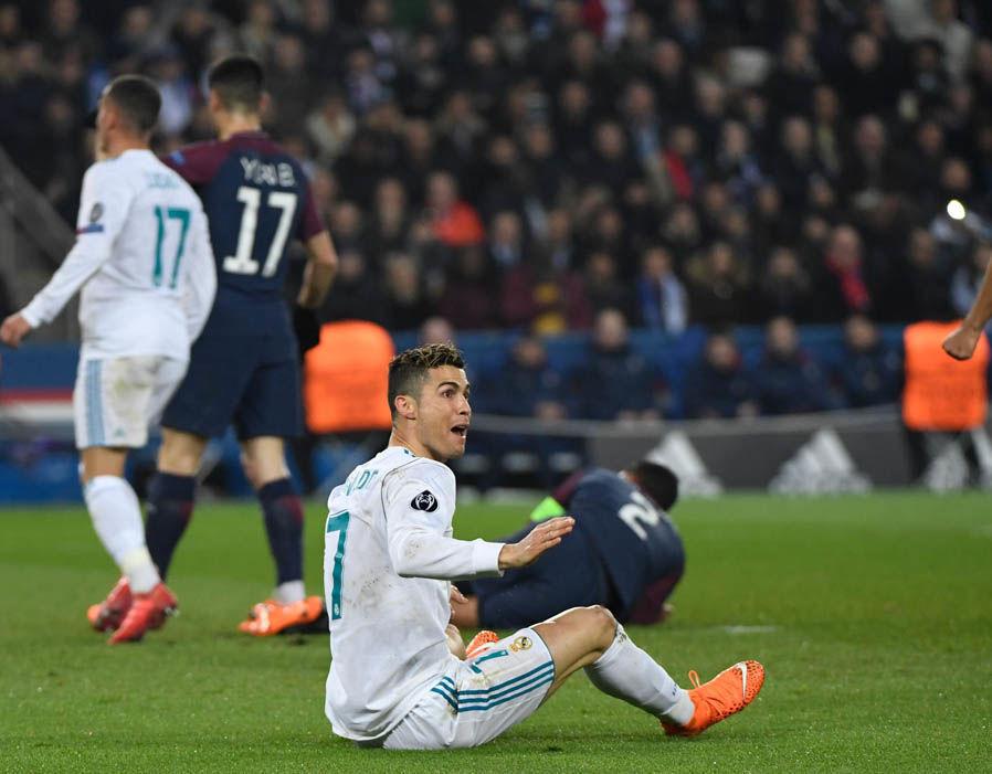 Cận cảnh Ronaldo chơi xấu, vung chân đá đối thủ