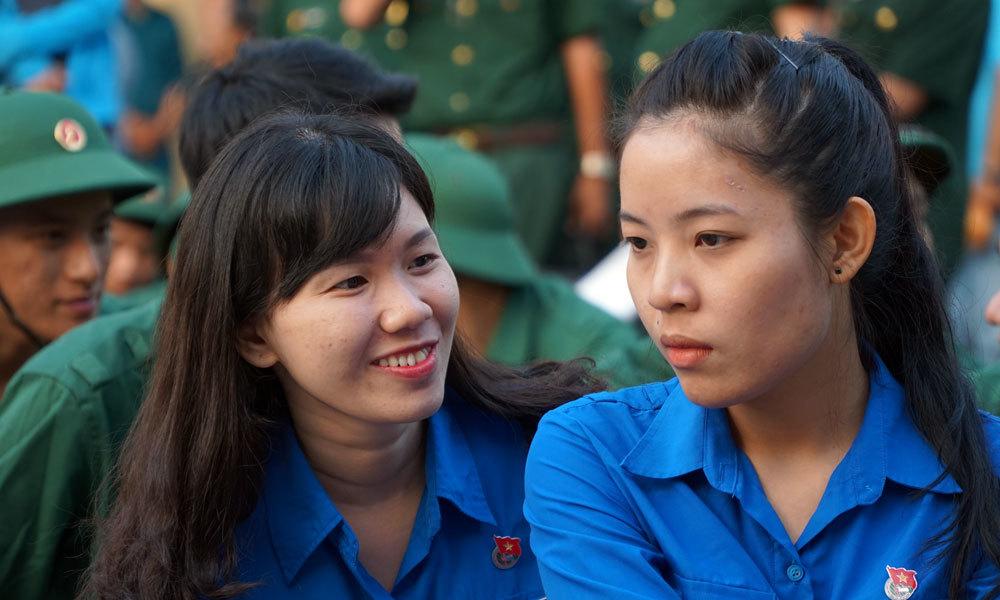 Hai cô gái Sài Gòn rạng rỡ giữa ngàn tân binh lên đường tòng quân