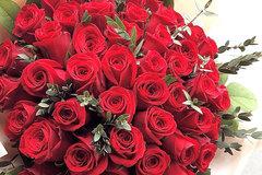 Chàng trai chi 25 triệu mua bó hồng 99 bông tặng bạn gái