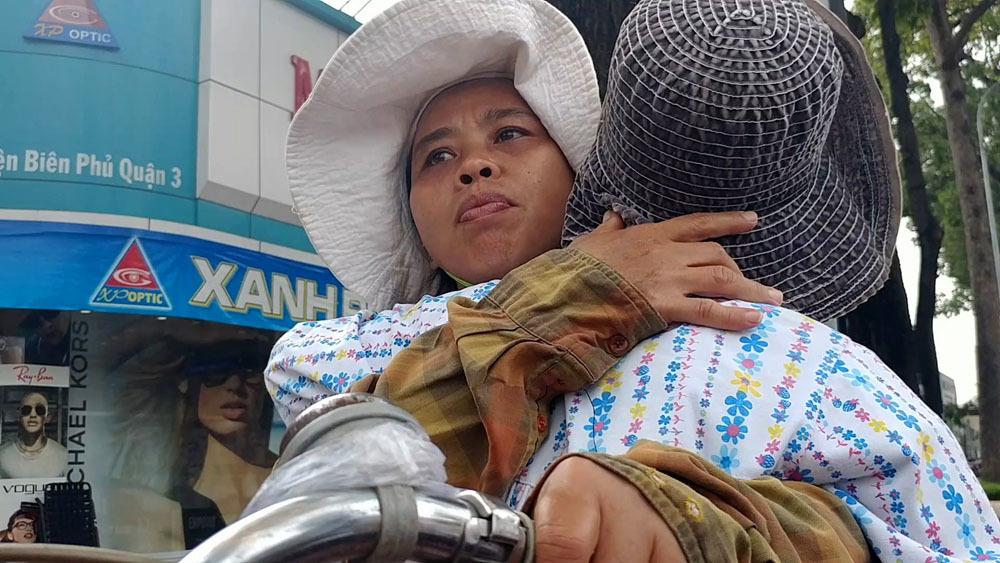 Mẹ cõng con 16 năm rong ruổi khắp Sài Gòn bán vé số, kiếm tiền chữa bệnh