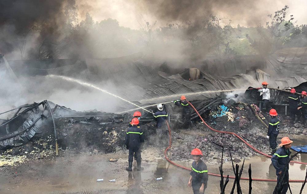 Gần 200 cảnh sát dập đám cháy kho nhựa ở Sài Gòn