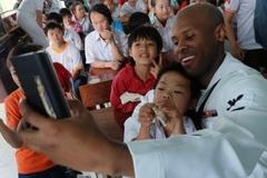 Hải quân Mỹ selfie với trẻ nhiễm chất độc da cam Đà Nẵng