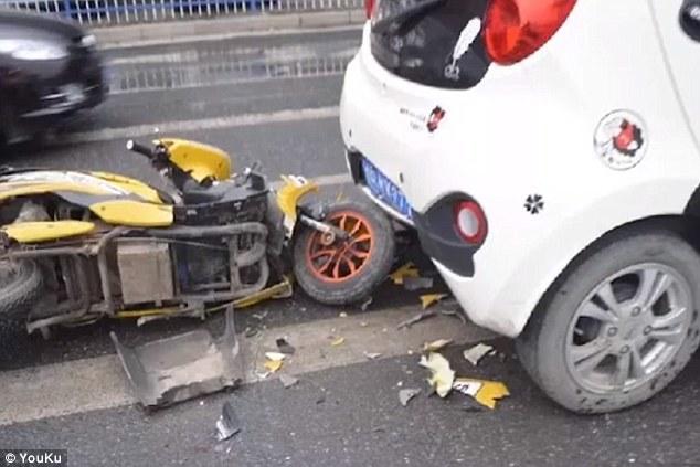 Húc thẳng vào ôtô vì vừa lái xe vừa xem điện thoại