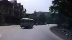 Đổ đèo lấn làn, xe máy suýt đâm thằng vào đầu xe khách