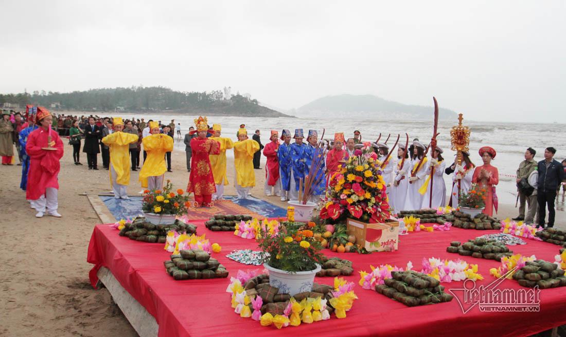 23 trinh nữ rước đao, kiếm lễ cầu may ở biển