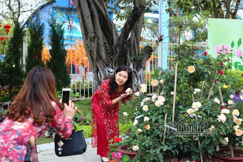 Chị em selfie giữa vườn hồng lạ ở lễ hội hoa hồng Bulgaria