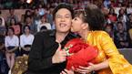Hoài Linh tặng hoa hồng Việt Hương xoá tin đồn rạn nứt