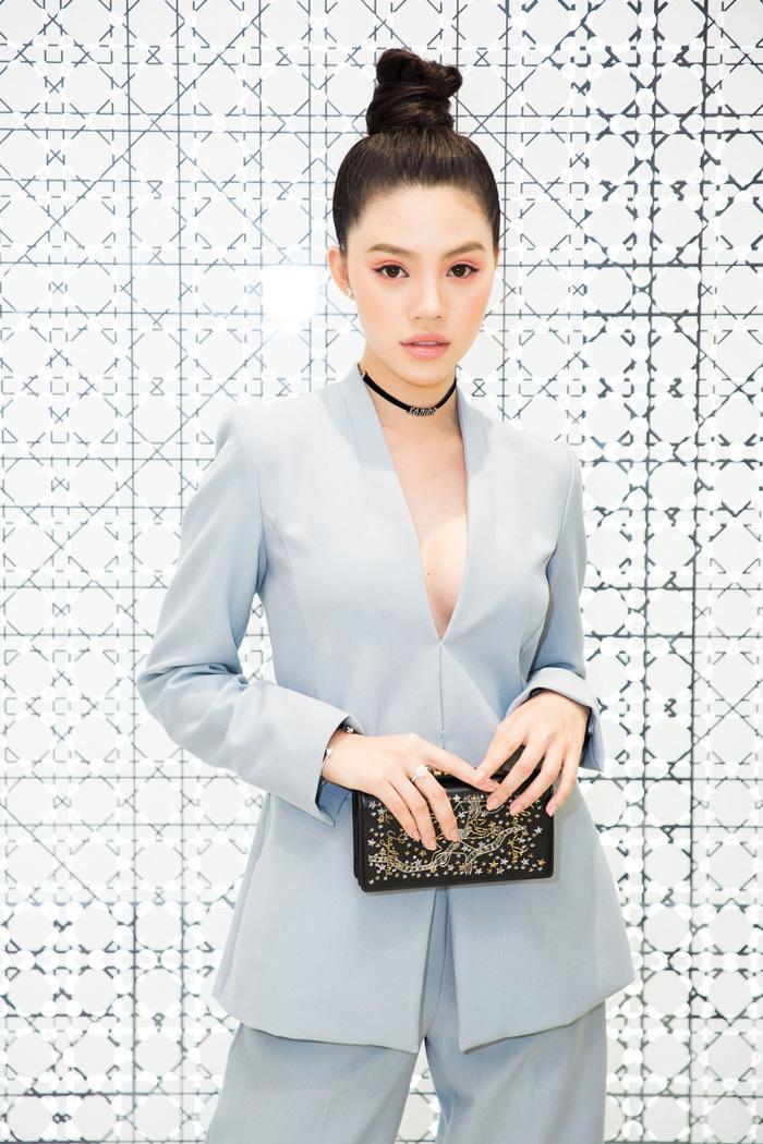 Hoa hậu hội con nhà giàu diện set đồ 200 triệu đi sự kiện